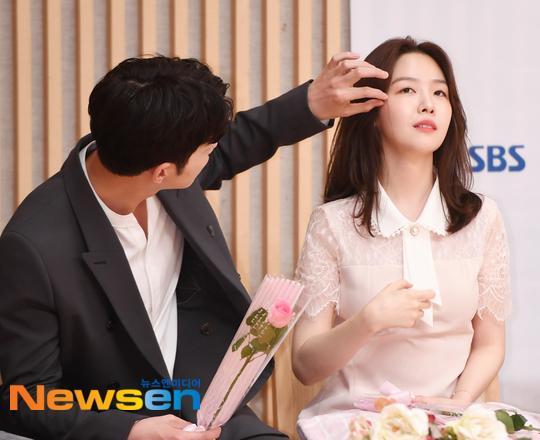 Khoảnh khắc Hong Jong Hyun nhẹ nhàng vén tóc Minah gây sốt.