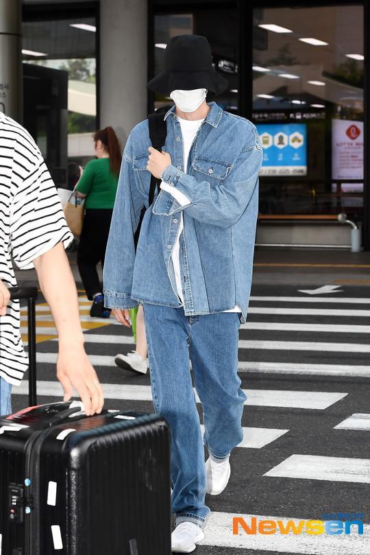 Không thể nhìn thấy gương mặt của Kim Woo Bin.