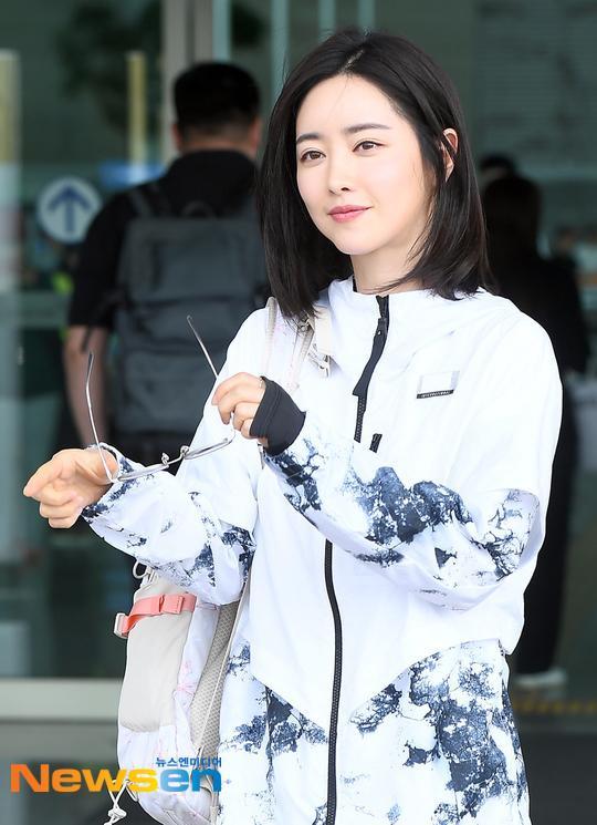 Trở nên xinh đẹp như búp bê, tuy nhiên cô ấy dường như không gây được nhiều tiếng vang trong diễn xuất. Trên thực tế, vẻ đẹp trước khi thẩm mỹ của Hong Soo Ah cũng khá ổn. Do vậy, khá nhiều người tiếc nuối khi cô lạm dụng dao kéo quá đà.
