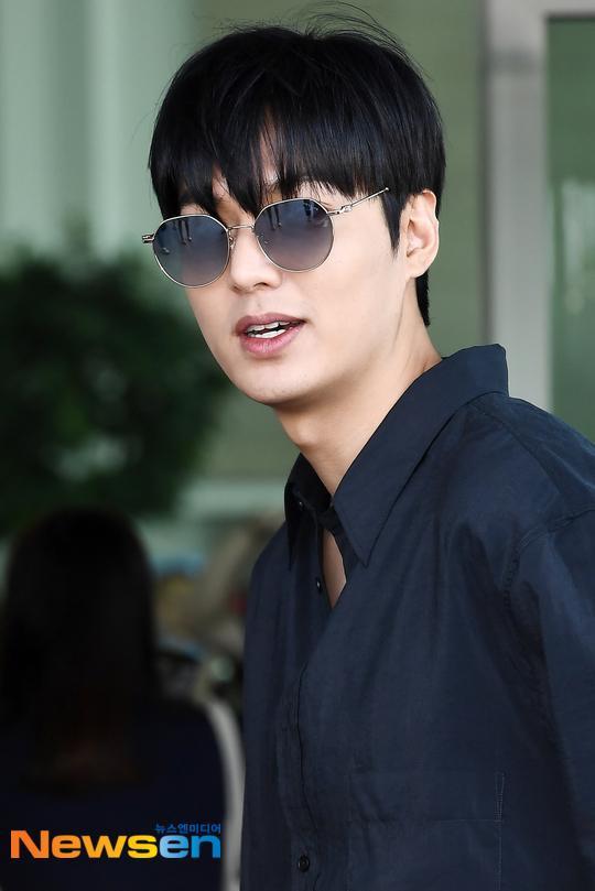 Thần thái sang chảnh, cách xử lý đẹp của Lee Min Ho sau khi lộ phần xôi thịt tại sân bay ảnh 15