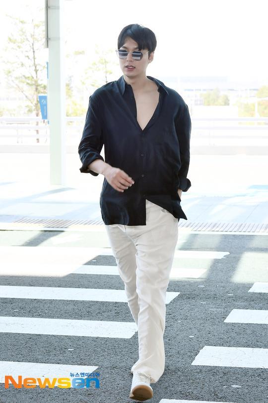 Thần thái sang chảnh, cách xử lý đẹp của Lee Min Ho sau khi lộ phần xôi thịt tại sân bay ảnh 7