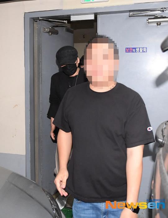 Yang Hyun Suk rời đồn cảnh sát sau 9 tiếng thẩm vấn ảnh 6