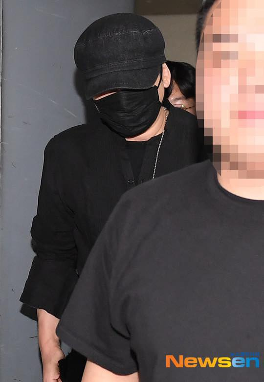 Yang Hyun Suk rời đồn cảnh sát sau 9 tiếng thẩm vấn ảnh 7
