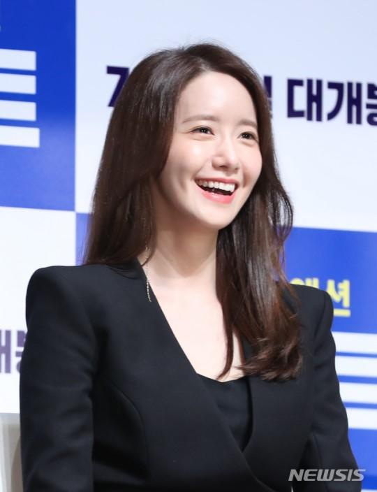 Yoona tươi cười rạng rỡ. Gương mặt xinh xắn khiến nhiều người ganh tỵ.