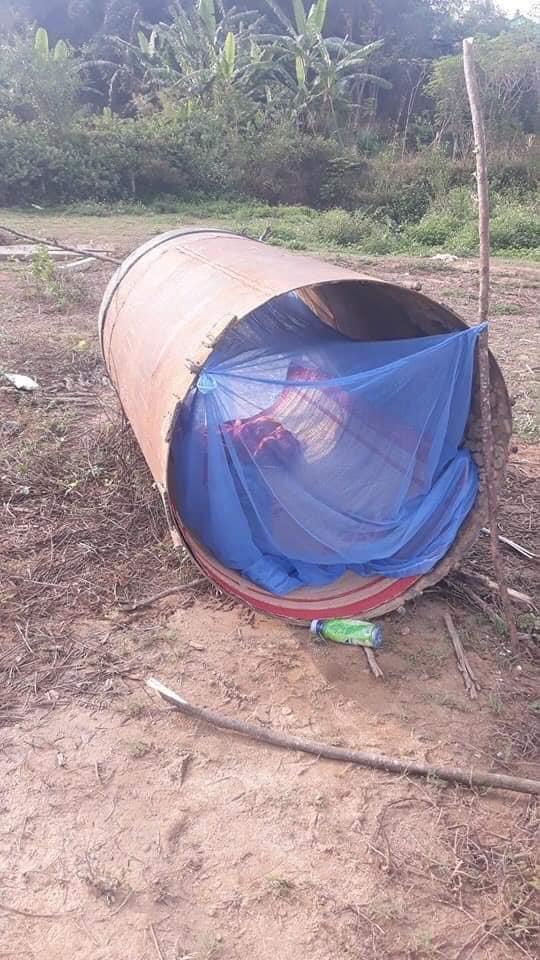 """Căn """"phòng ngủ"""" này trông có vẻ chỉn chu hơn khi vừa có chăn chiếu vừa có màn mắc chống muỗi xung quanh."""