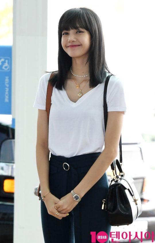 Lisa với mái tóc mới nhuộm màu đen của mình tại sân bay về Thái lan