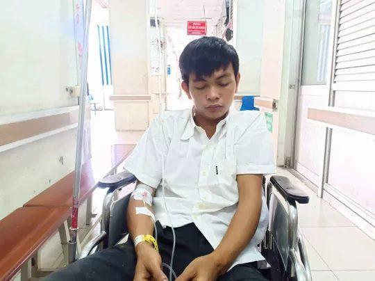 Nạn nhân Trần Đức Hiếu đã được chuyển lên Bệnh viện Chợ Rẫy. Ảnh: báo Người Lao Động.