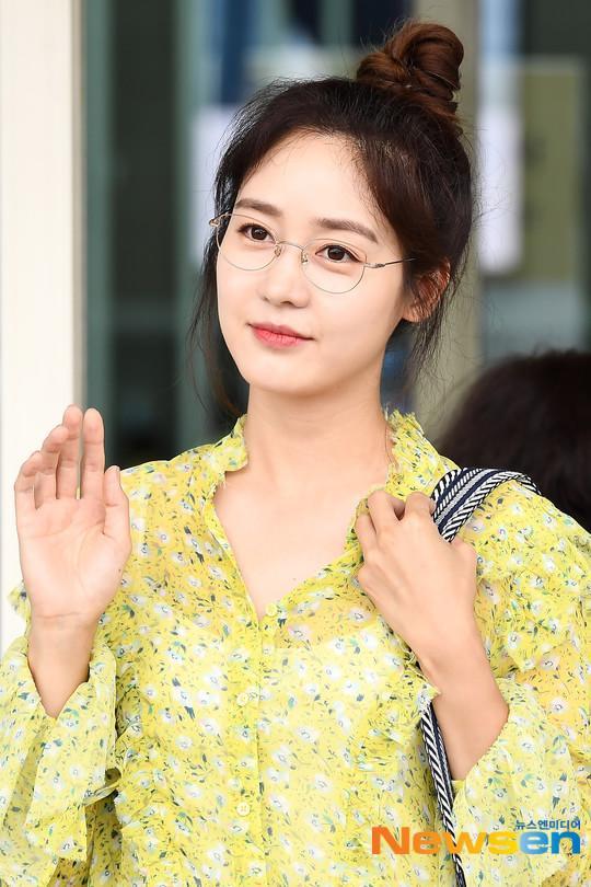 Jennie mặt lạnh khoe eo nhỏ xinh  Jisoo rạng rỡ thân thiện, đọ sắc mỹ nhân 38 tuổi Sung Yuri tại sân bay ảnh 7