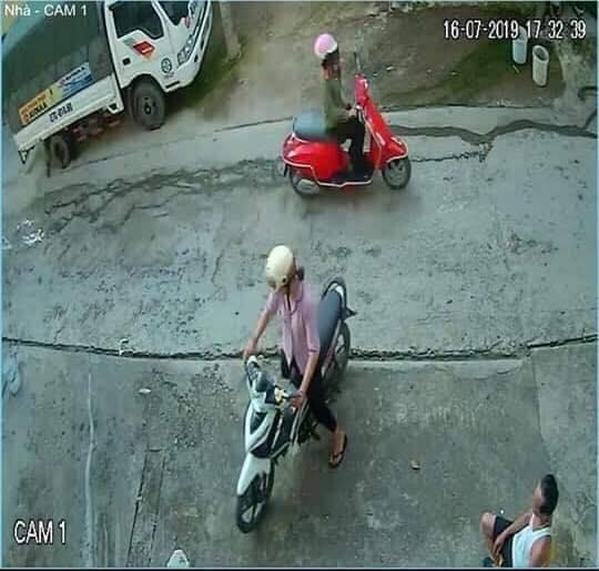 Hình ảnh trích xuất camera trước khi chị Huyền (áo hồng) rời khỏi nhà.