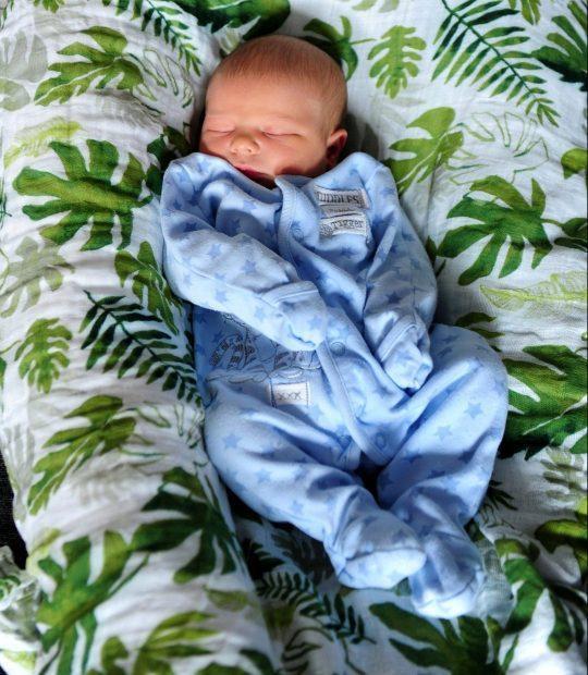 Dana sinh con ngay trước cổng bệnh viện. (Ảnh: Yorkshire Post / SWNS)