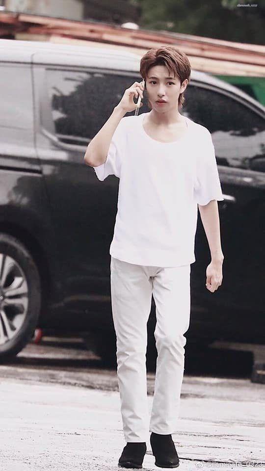 Bức ảnh làm dấy lên tin đồn Renjun bị nhân viên SM bỏ rơi ngoài đường.