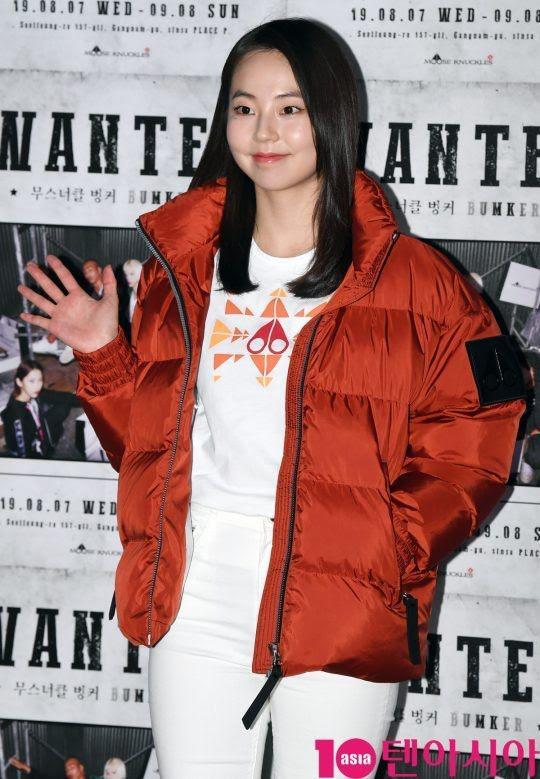 """Nhan sắc tươi tắn, rạng rỡ trong set đồ """"phản thời tiết"""" của Sohee khiến fan thắc mắc không biết cô có chịu nổi được xuyên suốt sự kiện hay không?"""