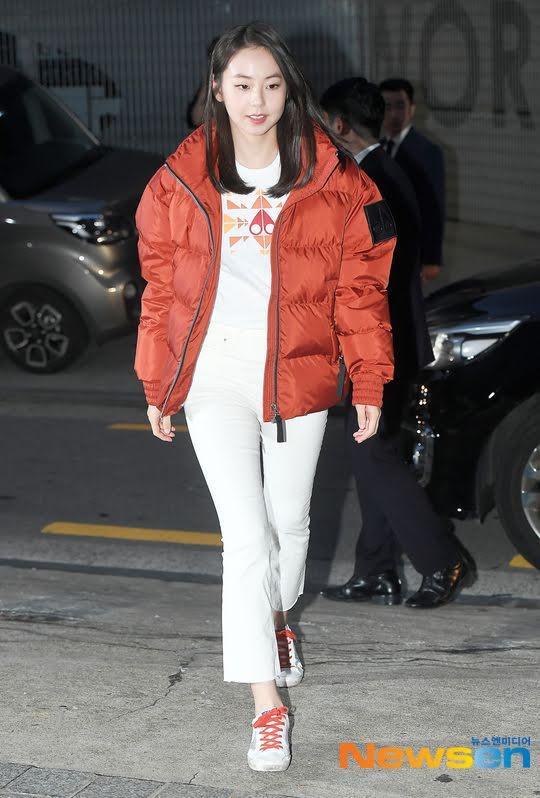 """Cựu thành viên Sohee Wonder Girls trẻ trung trong set đồ trắng với áo thun mix cùng quần jeans trắng và giày thể thao khi đến sự kiện nhưng chiếc áo khoác phao là """"tâm điểm"""" khiến fan khó hiểu"""