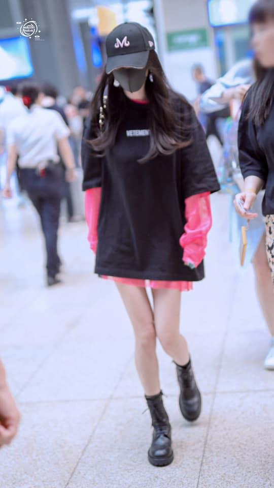 """Dạo gần đây vì công việc nên fan thường xuyên bắt gặp cô tại sân bay trong các style thời trang """"giấu quần"""" vô cùng thoải mái"""