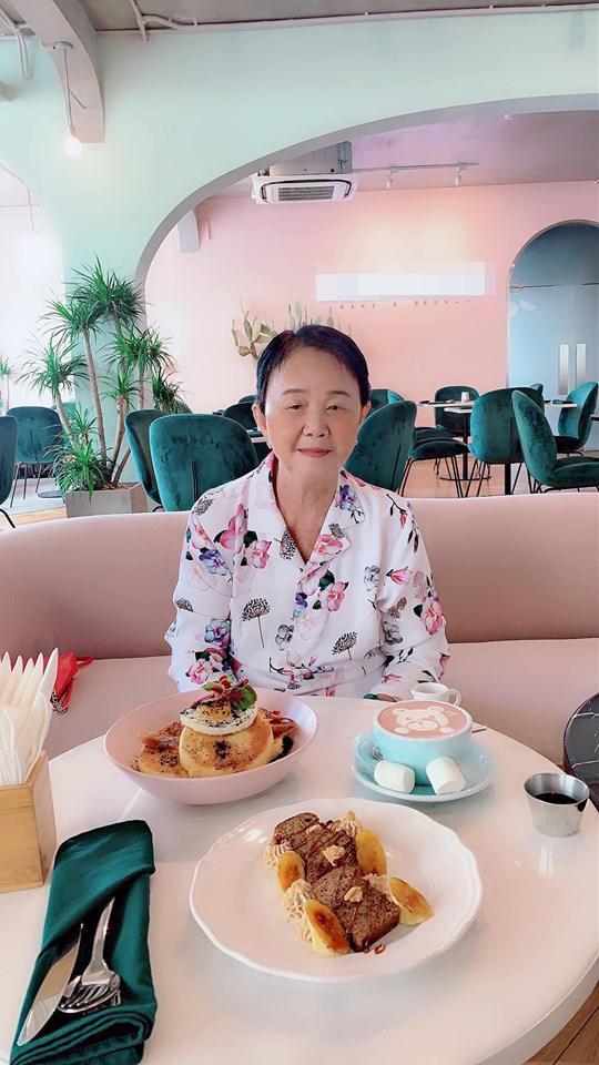 Dù đã ngoài 80 nhưng bà ngoại Midu vẫn còn nhanh nhẹn, minh mẫn và trẻ trung hơn tuổi.