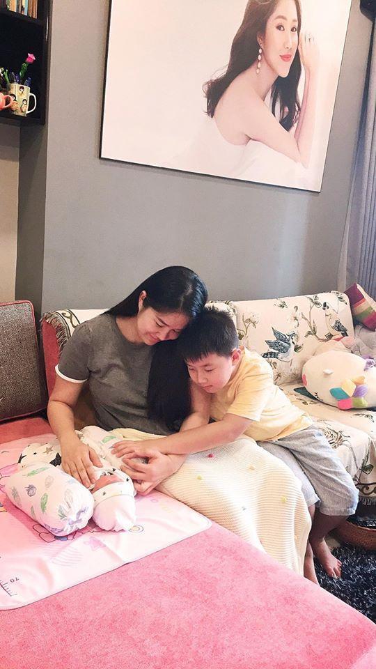 Không chỉ chăm sóc cho con gái mới sinh mà chồng Lê Phương cũng rất quan tâm chăm sóc con riêng của vợ - bé Cà Pháo