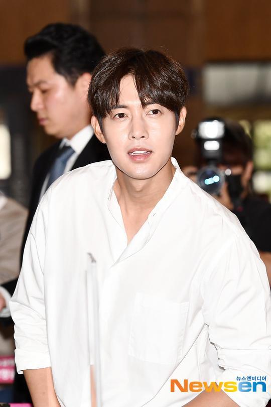 Mỹ nam Vườn sao băng Kim Hyun Joong tỏa sáng tại sân bay, Knet phản ứng ra sao? ảnh 4
