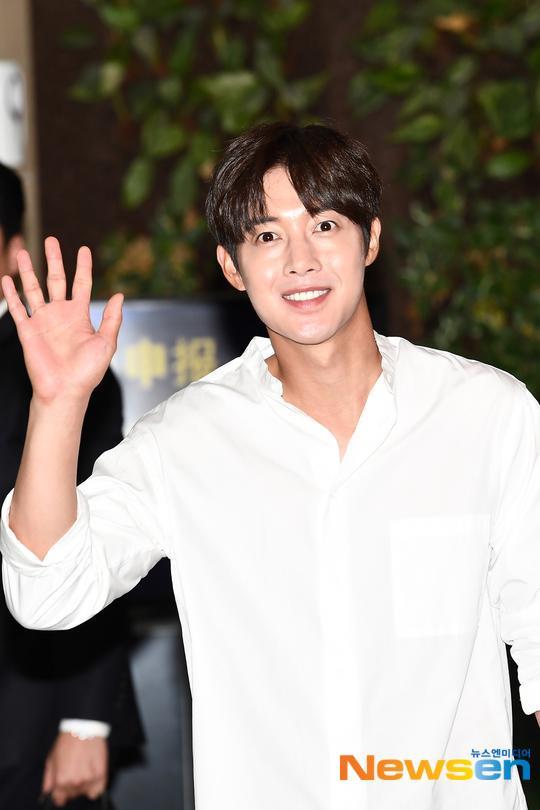 Mỹ nam Vườn sao băng Kim Hyun Joong tỏa sáng tại sân bay, Knet phản ứng ra sao? ảnh 1