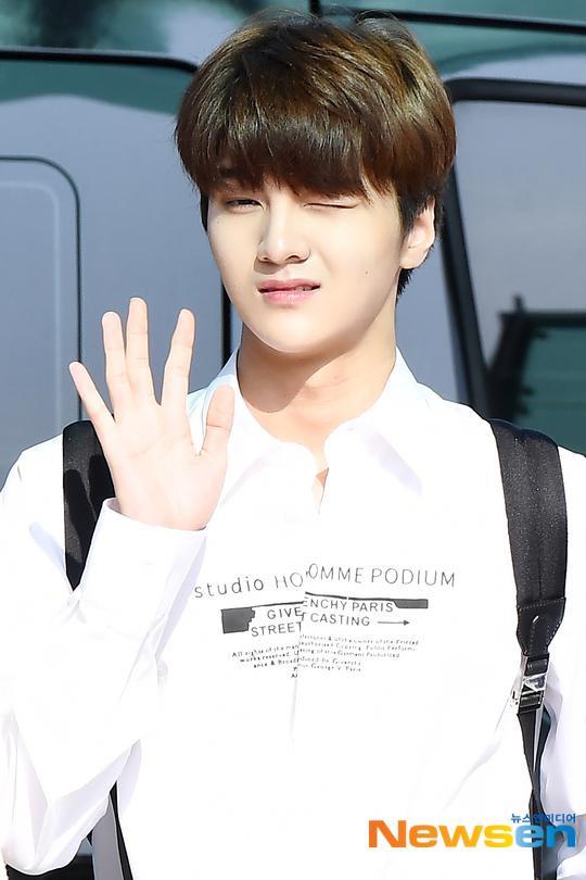 Chết cười với bộ ảnh thiếu ngủ của X1 tại sân bay, cùng Kim Jae Hwan (Wanna One) đến Nhật ảnh 15