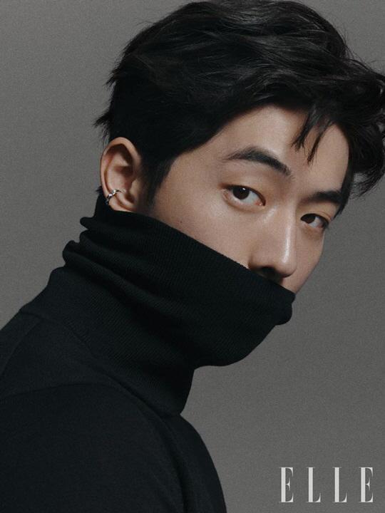Nam Joo Hyuk trên tạp chí thời trang Elle. Khán giả có thể dễ dàng tập trung vào sức hút quyến rũ của anh.
