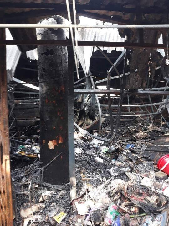 Vụ hỏa hoạn khiến cho 4 ki ốt cùng hàng hóa, vật dụng bị thiêu rụi