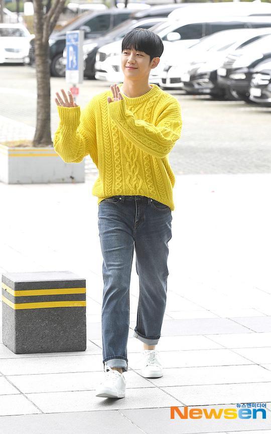 Jung Hae In mang đến sắc vàng rực rỡ.