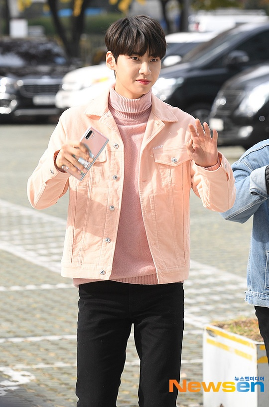 Lee Jin Hyuk nhẹ nhàng với áo len hồng.