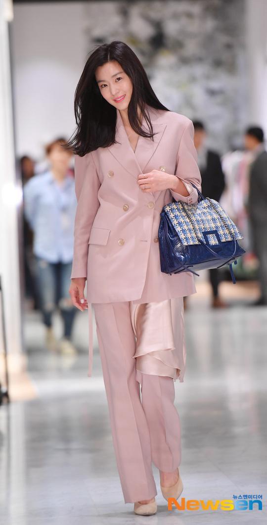 Bộ suit mà Jeon Ji Hyun lựa chọn mang đậm nét thanh lịch, tinh tế khi cô mix nền nã với đôi cao gót bít mũi cùng phụ kiện túi xách màu xanh biển