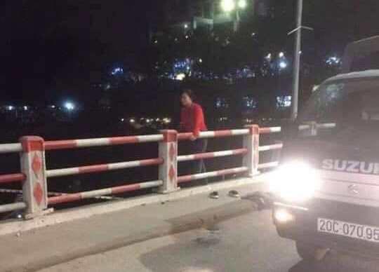 Người phụ nữ cởi áo khoác cùng đôi giày trên thành cầu rồi nhảy xuống sông tự tử