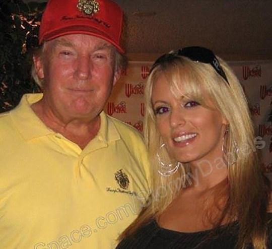 Ông Trump chụp ảnh cùng Stormy Daniels.