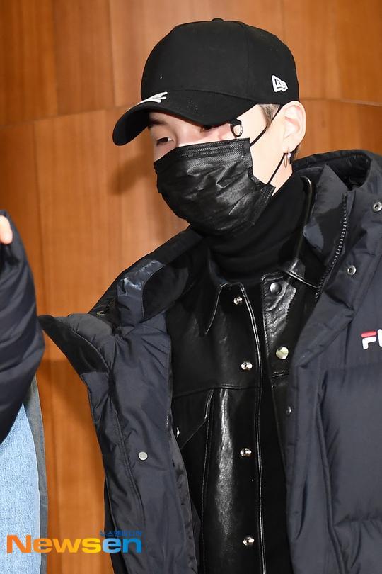 Dàn mỹ nam BTS, EXO, NUEST cùng Winner đổ bộ sân bay ảnh 17