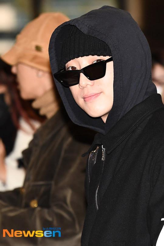 Dàn mỹ nam BTS, EXO, NUEST cùng Winner đổ bộ sân bay ảnh 60