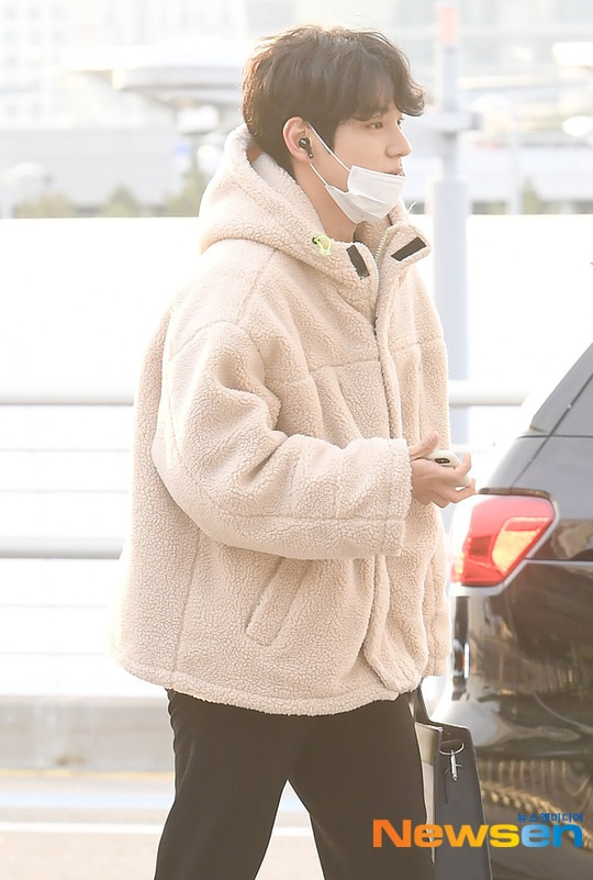 Dàn mỹ nam BTS, EXO, NUEST cùng Winner đổ bộ sân bay ảnh 21