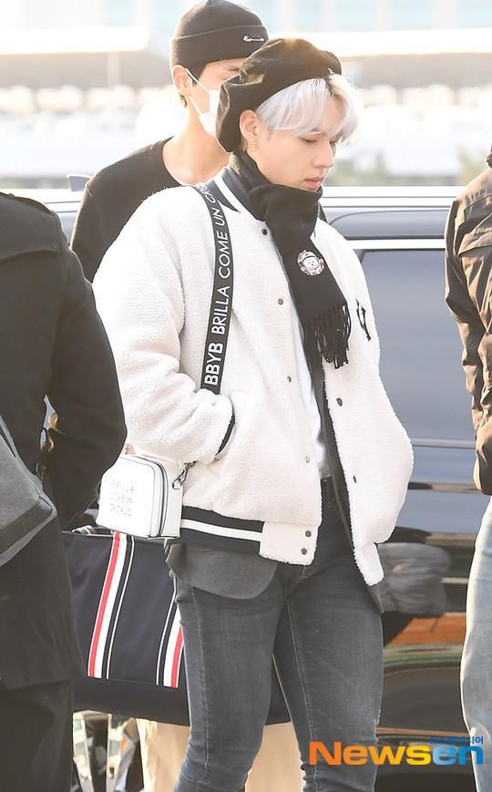 Dàn mỹ nam BTS, EXO, NUEST cùng Winner đổ bộ sân bay ảnh 28