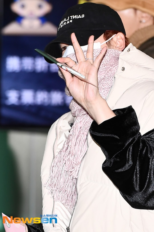 Dàn mỹ nam BTS, EXO, NUEST cùng Winner đổ bộ sân bay ảnh 58