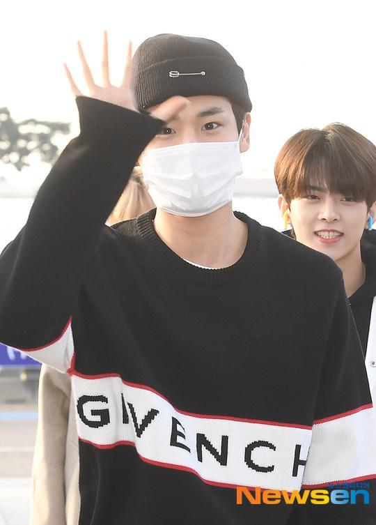 Dàn mỹ nam BTS, EXO, NUEST cùng Winner đổ bộ sân bay ảnh 19