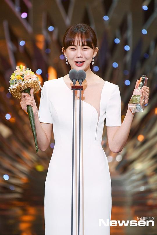 Kết quả SBS Drama Awards 2019: Kim Nam Gil nhận Daesang, Suzy đánh bại Jang Nara để thắng lớn ảnh 4