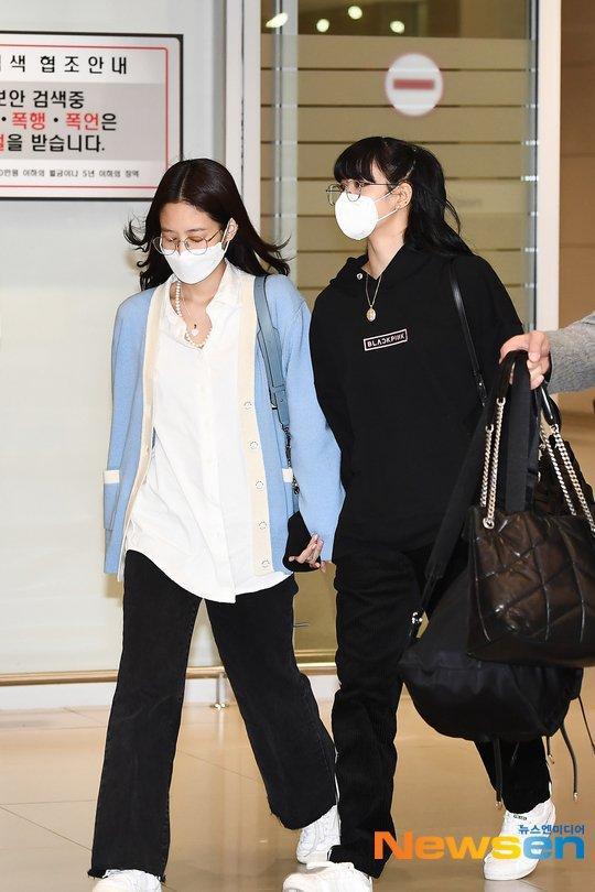 Lisa (Blackpink) bị fan Jennie xô đẩy tại sân bay, công chúa YG đeo khẩu trang sau khi bị Knet đả kích ảnh 2