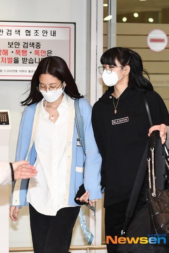 Lisa (Blackpink) bị fan Jennie xô đẩy tại sân bay, công chúa YG đeo khẩu trang sau khi bị Knet đả kích ảnh 1