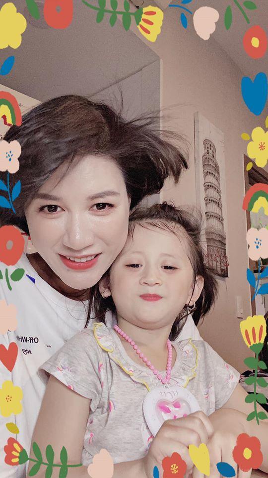 Cô cũng khẳng định sẽ không quá quan trọng ngoại hình của bé mà chỉ mong rằng bé luôn vô tư và vui vẻ là niềm vui lớn nhất của người làm mẹ