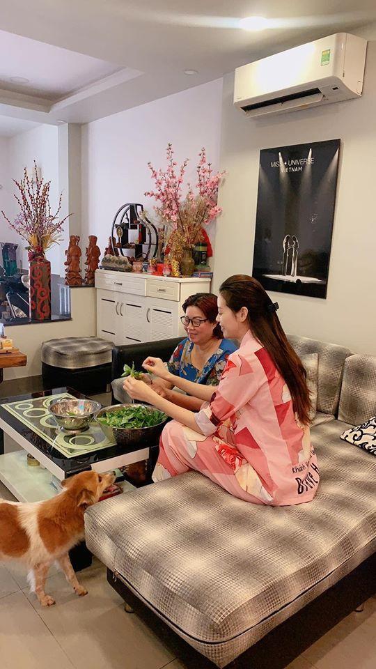 Vì không có lịch trình nên nàng Hậu ở nhà phụ mẹ nấu ăn và chơi với bé Mèo