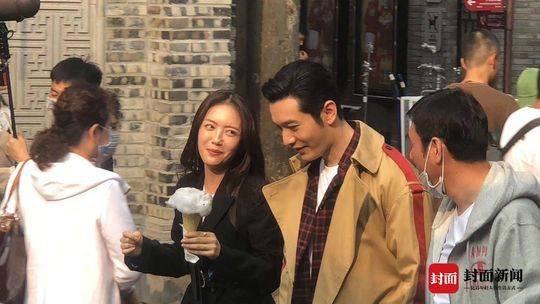 Không sợ Angelababy ghen, Huỳnh Hiểu Minh tay trong tay ngọt ngào với Thái Văn Tịnh trong phim mới ảnh 7