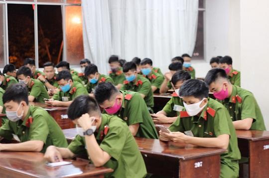 Học viên ĐH Cảnh sát nhân dân đeo khẩu trang khi đến lớp. Ảnh: Website ĐH Cảnh sát nhân dân .