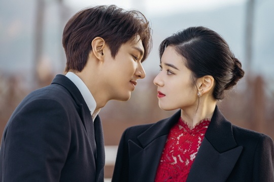 "Upcoming drama ""The King: The Eternal Monarch"" has revealed the first moments of LEE MIN HO and JUNG EUN CHAE"