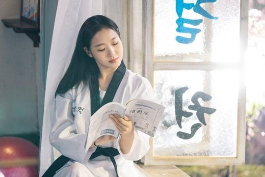 Kim Go Eun ngọt ngào và ngây thơ trong The King: Eternal Monarch ảnh 1