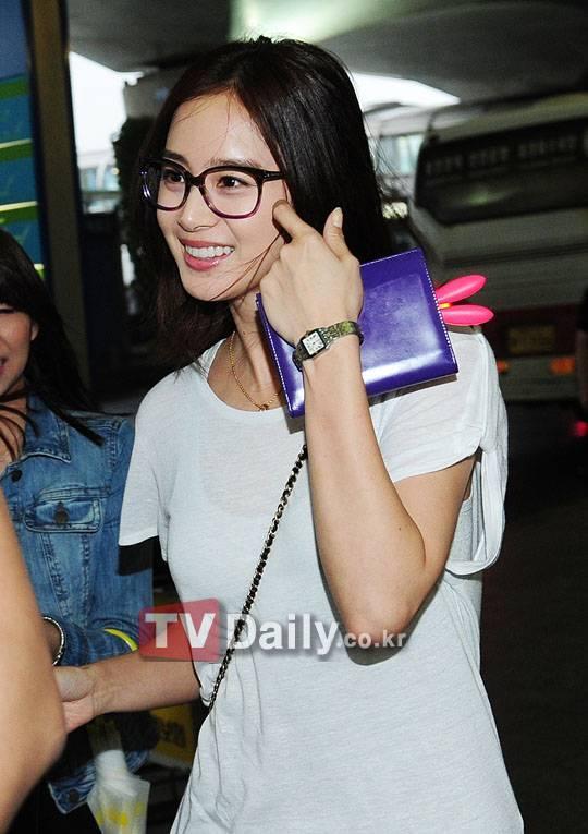 """Đại Mỹ nhân Kim Tae Hee khiến bao người """"nức nở"""" vì nhan sắc của mình. Gương mặt mộc không tì vết cùng trang phục giản dị ngoài sân bay"""