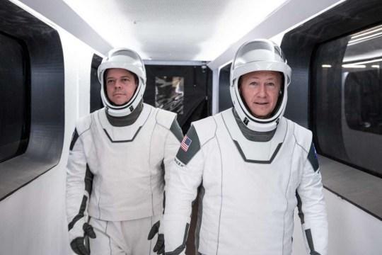 Hai phi hành gia người Mỹ Robert Behnken và Douglas Hurley chuẩn bị bước vào chuyến bay lịch sử.