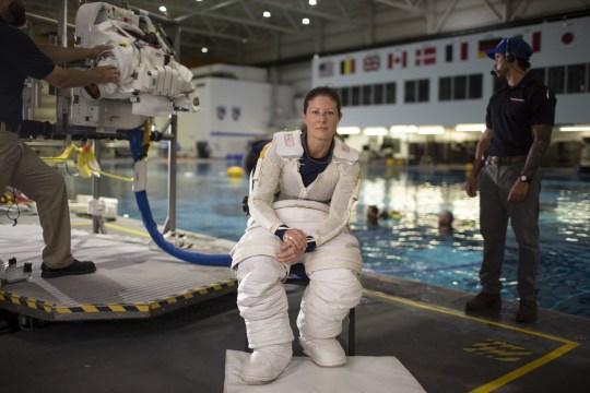 Phi hành gia Tracy Caldwell Dyson tại phòng thí nghiệm trong khóa đào tạo phi hành gia.