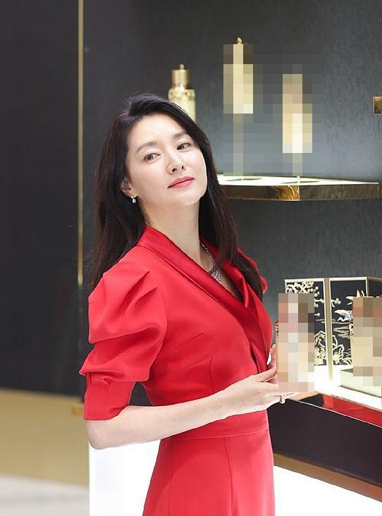 """""""Quốc bảo nhan sắc"""" xứ Hàn chọn cho mình bộ diện bộ đầu tiên với chiếc váy đỏ rực"""