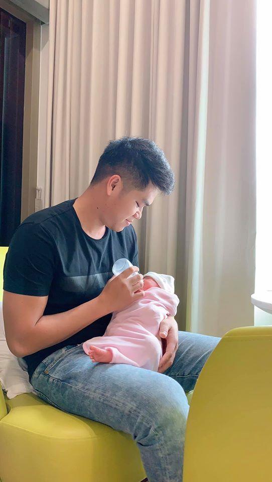"""Từ sau khi nữ diễn viên """"Gạo nếp gạo tẻ"""" sinh con gái, chồng trẻ Trung Kiên luôntúc trực bên cạnh vợ con bất kể ngày đêm"""